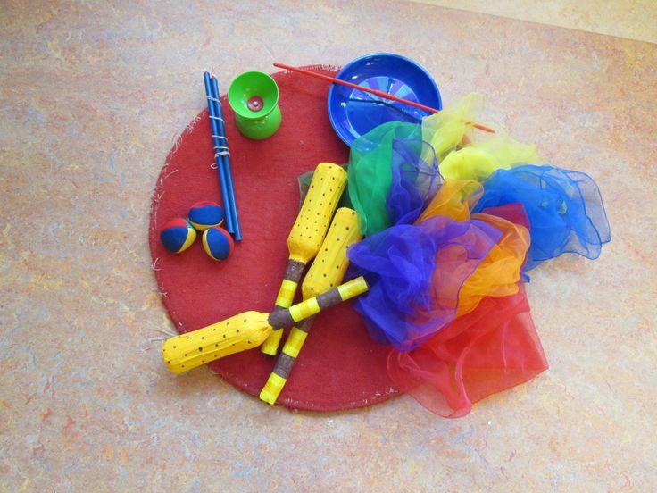 Spullen voor de jongleurs. Themahoek Circus Nutsschool Maastricht