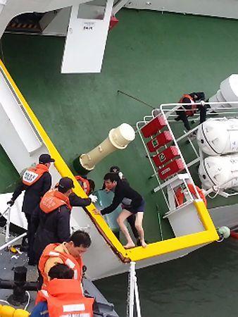 韓国の珍島沖で、客船「セウォル号」から逃げ出す船長のイ・ジュンソク容疑者(中央の半ズボン姿)(EPA=時事) ▼15May2014時事通信 船長ら4人を殺人で起訴=「放置なら死亡」と認識-韓国客船事故、16日で1カ月 http://www.jiji.com/jc/zc?k=201405/2014051500506 #Sewol
