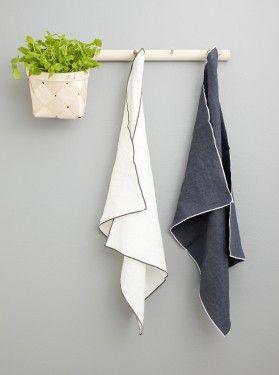 Verso Leija Set of 2 Linen Tea Towels in White and Graphite | Tea Towels | Finnish Design | www.homearama.co.uk | #versodesign #verso #teatowels #linen #kitchenaccessories #finnishdesign