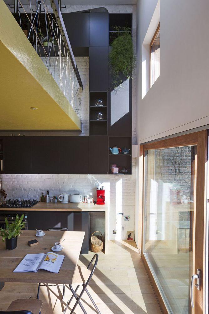 D'une traditionnelle maison mitoyenne proposant deux pièces en enfilade, l'architecte Frédéric Brausch a fait un duplex connecté au jardin, surmonté d'un studio. Nouvelle extension et rangements sur mesure permettent aux occupants de profiter efficacement de l'espace. Le projet s'est orienté sur les économies, énergétiques mais aussi financières.