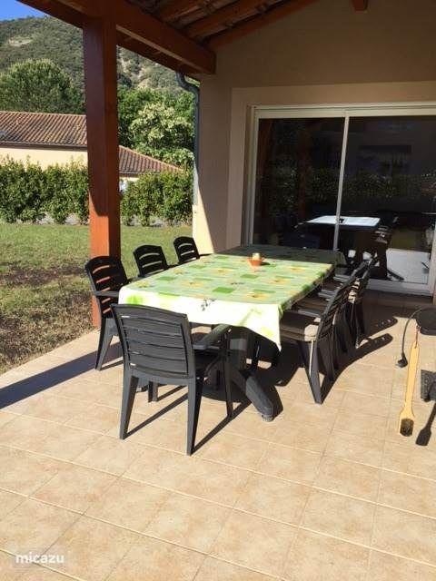 Ruime eettafel op het terras. Ontbijten in de zon en in de zomer een fijne schaduwplek