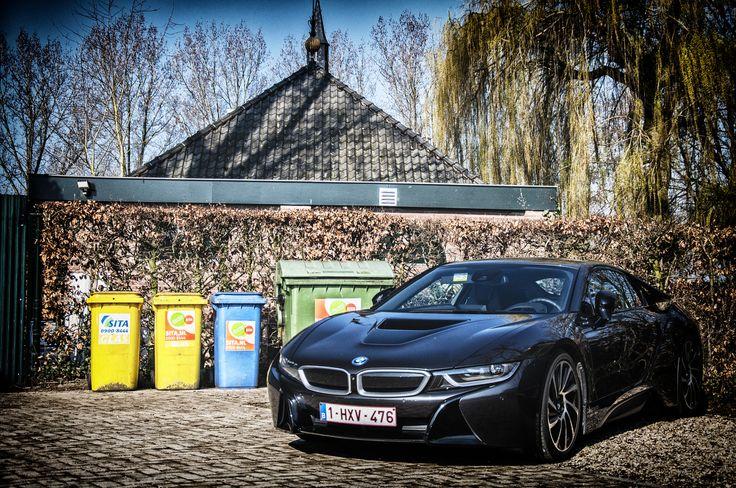 milieustraat BMW i8 - De BMW i8 is een door Adrian van Hooydonk [2][3] ontworpen hybride auto, ontwikkeld door BMW. Het voertuig is een doorontwikkeling van een conceptmodel genaamd BMW Vision Efficient Dynamics uit 2009. Het voertuig is een plug-in hybride, naast 98 lithiumpolymeer batterijcellen is er een driecilinder benzinemotor met turbo. Dit geeft de i8 een totaalvermogen van 266 kW (362 PK), wat resulteert in een (elektronisch begrensde) topsnelheid van 250 km/u, en een actieradius…