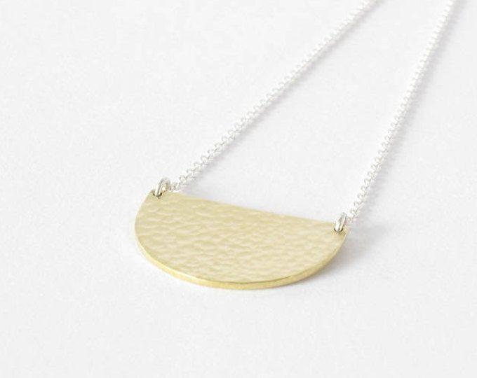 Brass scallop necklace-Handmade brass pendant-Hammered necklace-Minimalist jewelry-Modern-Semicercle necklace-Pendentif martellé en laiton.