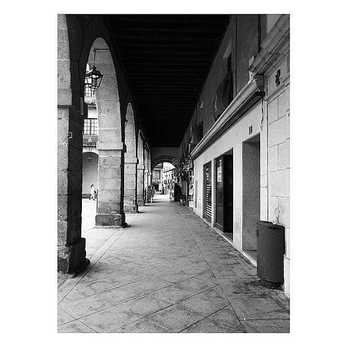 Mercado Chico. #Ávila #Spain #estaes_avila #estaes_castillaleon #estaes_espania #photooftheday #blancoynegro #blackandwhite #picture #streetphotography #squaredroid #love #avilaturismo #spring #patrimonio #cristinatiad