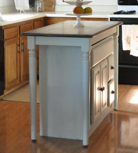 diy kitchen island fait avec un vieux meuble de sdb et une table