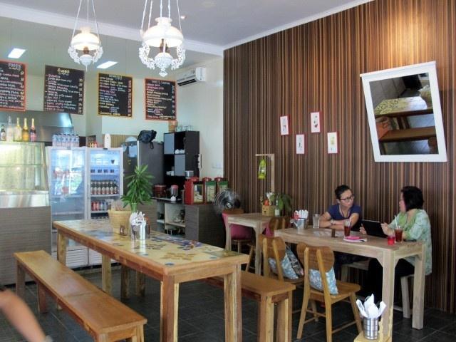 Santai di warung haloniko yang unik restaurant interior
