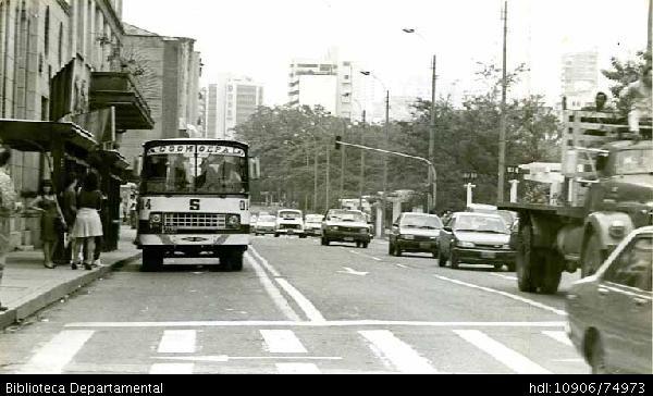 Paradero de buses urbanos, Coomoepal, sobre la Avenida Colombia. Cali - Biblioteca Digital - Universidad icesi