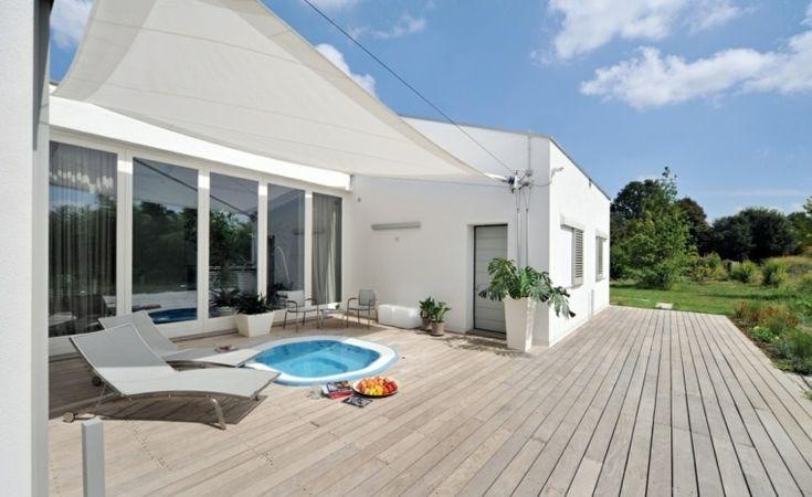 casa blanca con suelo de madera clara en la terraza