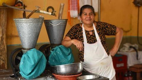 Durante el conflicto armado, cuando la comida escaseaba en Perquín, Morazán, una comerciante arriesgaba su vida para conseguir víveres en otras ciudades y luego revenderlos a sus vecinos