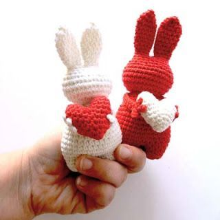 These cute bunnies with valentine hearts are on a French blog. The pattern is only in French. Check out all Valentine patterns in this directory.