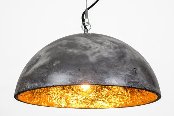 Diese einzigartige Betonlampe wurde in liebevoller Handarbeit gefertigt. Durch eine neu entwickelte Technik konnten zwei verschieden pigmentierte Betone kuntvoll miteinander kombiniert werden. Das Ergebnis ist am Markt einzigartig und erinnert eher an Marmor, als an Beton. Anschließend wurde die Lampe in mehreren Durchgängen geschliffen und poliert. Die fertige Oberfläche fühlt sich beinahe an wie Glas, ist aber so robust wie Stein. Die Innenseite ist mit echtem Blattmetall vergoldet…