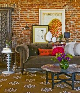 Dieses vielseitige Wohnzimmer kombiniert eine leuchtend rote Backstein-Mauer als Fett Kulisse. Foto begehrten von Home