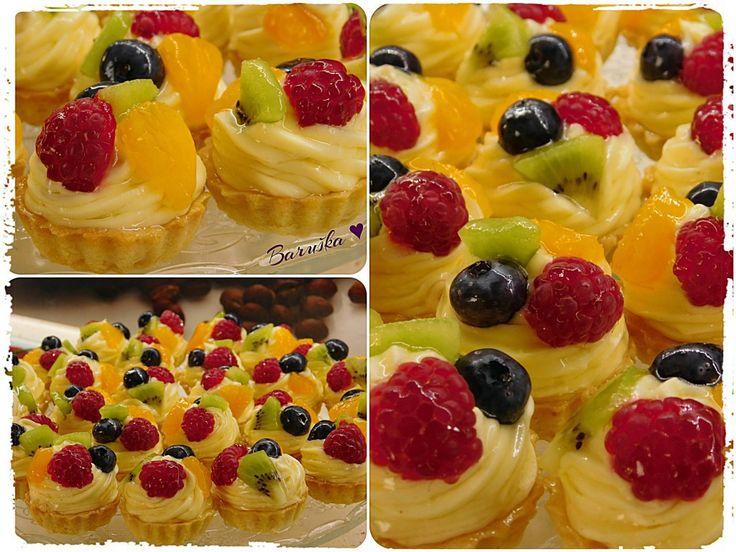 Obstkörbchen mit leichter Vanillecreme.