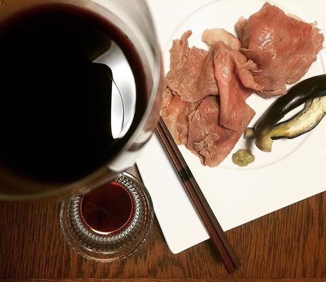 dinner at home.... wine and boiled japanese beef.... 今夜は ワインと牛しゃぶと茄子のぬか漬け。 牛しゃぶ用のお肉は、しゃぶしゃぶ用は薄すぎるから買わない、食べ応えのあるスライス肉を買います。 レアが好きだから湯通しはほんの数秒。すると、即席のローストビーフのようで美味しいのです。 #dinner#food#cooking#japanesefood#wine#meat#beef#vegetables#pickles#glutenfree#keto#lchf#yummy#おうちごはん#晩酌#晩ごはん#自炊#おつまみ#ワイン#しゃぶしゃぶ#肉#牛肉#ぬか漬け#グルテンフリー#ケトジェニック#美味しい#急にぬか漬け作りにハマりだしたパパ#安定の野菜の少なさ