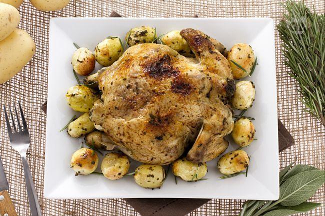 Il pollo arrosto è un secondo piatto sfizioso e saporito che viene cotto in forno e insaporito con un trito di erbe aromatiche.