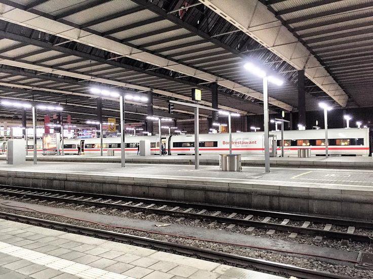 Der #hauptbahnhof #München ist taghell beleuchtet. Das ist mal eine kluge Entscheidung der #Bahn @db_deutsche.bahn