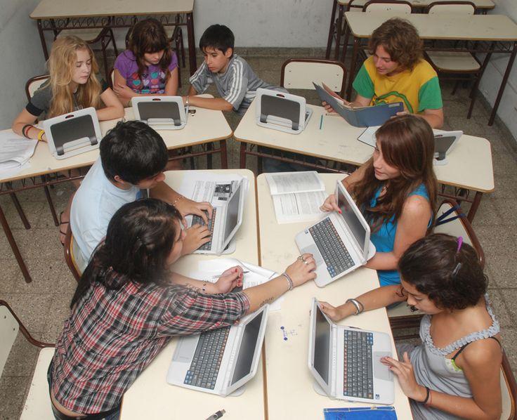 Interesante articulo desde el sitio educ.ar que nos plantea las potencialidades del uso de redes sociales en el aula  sus ventajas, asi como las posibles limitaciones de las mismas
