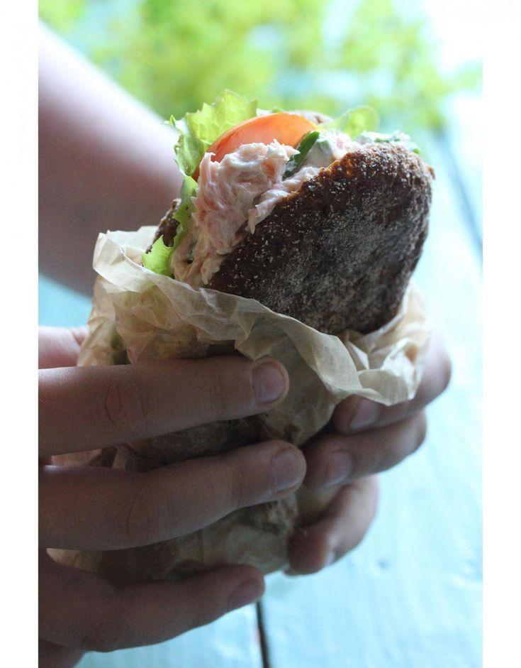 Tässä vielä savulohitahnan ohje kaikille sitä pyytäneille. Savulohitahnasta saa ehdottomasti kesän parhaat eväät, kun laittaa hiukan ruisleipien väliin voita, salaattia, tomaattia tai kurkkua, runsaasti ruohosipulia ja sitten savulohitahnaa. Koko komeus kiedotaan voipaperin sisään ja eväät...