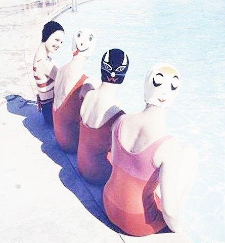 source : hairysackofmagic.com _  collection image cliché photographique vintage archive couleur, sujet : femmes au bain, piscine, genre humour insolite (swimming bath)