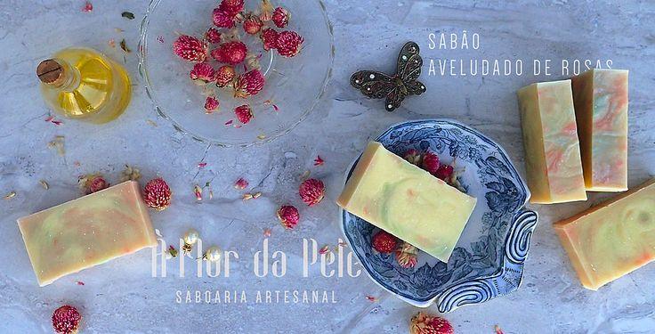 SABÃO AVELUDADO DE ROSAS - À Flor da Pele - Saboaria Artesanal Azeite, água, óleo de palma, óleo de coco, hidróxido de sódio, óleo de rícino, manteiga de karité, corante cosmético verde e rosa e essência de rosas inglesas.