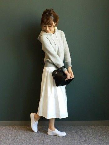 女性のやわらかさを引き立ててくれるグレー×ホワイトコーデ。ふんわりスカートとパーカー、スニーカーのバランスが絶妙です♪