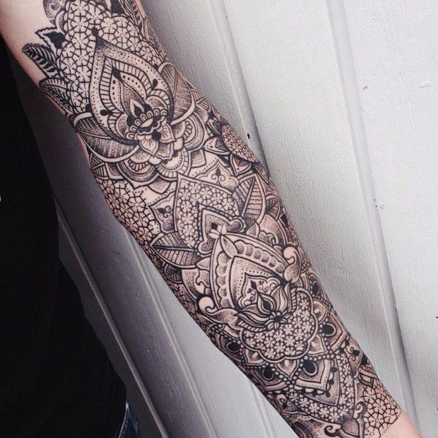 Jessica Kinzer dessine depuis plusieurs années déjà mais ce n'est que depuis l'année dernière qu'elle est passée de la feuille à la peau et du crayon au dermographe. Lorsque l'on voit ses réalisations, on n'a du mal à croire que cela ne fait qu'une petite année qu'elle tatoue !  Jessica orne ses clients avec des motifs baroques monochromatiques qui comportent des fleurs stylisées et d'élégantes fioritures. Pour créer de la texture et des ombrages, elle utilise la technique du dotwork...