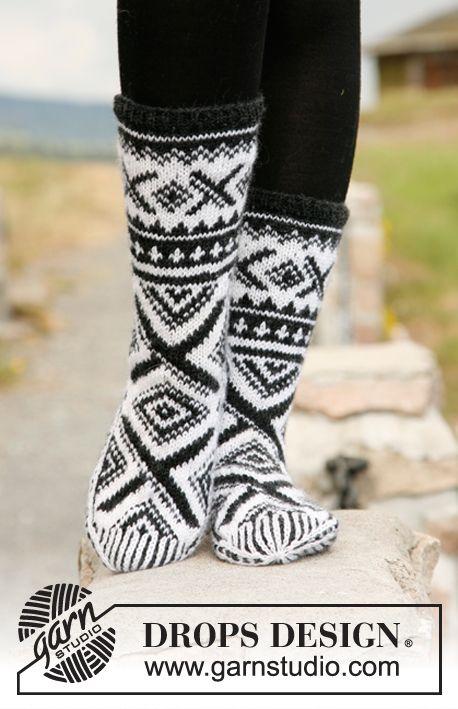 """Gebreide DROPS sokken met Noors patroon van """"Karisma"""". ~ DROPS Design"""