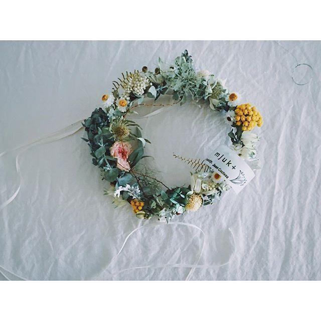 暑い夏 爽やかなホワイトリース。 壁掛け用のステンレスワイヤーを付けて。 #アジサイ #ローナス #フランネルフラワー #ラナンキュラス #ユーカリ #ccseasonal #click_vision  #still_life_gallery #aquietstyle #wreath #リース #driedflowers #whiteflowers #ranunculus  #eucalyptus