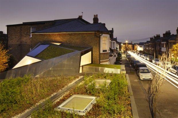Situé à Londres, ce studio a été réalisé par et pour les architectes de Fraher. Le choix de la forme et de l'orientation du studio a résulté d'une analyse détaillée de la lumière du soleil afin de maximiser la lumière naturelle dans les espaces de travail. De l'extérieur, la structure à facettes en acier inoxydable combinent ouvertures vitrées et jardinières. La haute performance du vitrage, de l'isolation et de la ventilation, permet d'éviter tout chauffage et tout refroidissement des…
