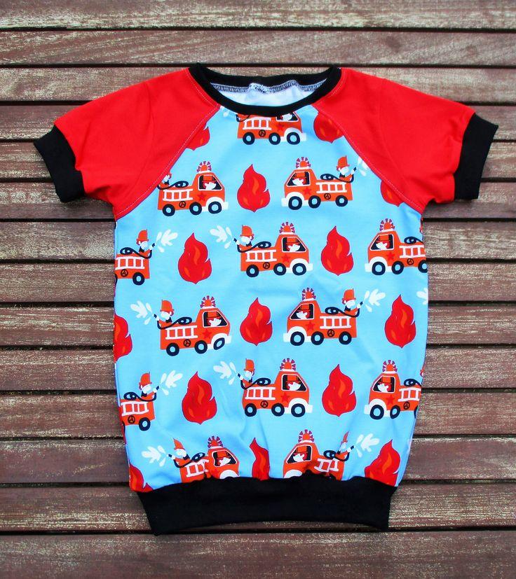 Dieses T-Shirt ist ein Einzelstück und ein wunderschönes Unikat! Endlich Kinderbekleidung, die jeder Figur optimal passt (durch das eigens erschaffenes Weiten- und Längensystem von der Zuckerwolkenfabrik ). Ich nähe für euch nach Echtgrößen,nach den Maßen eures Kindes! In Echtgrößen für Kinder von 111-141cm tatsächlicher Körpergröße. Hierbei ist völlig egal, welche Konfektionsgröße sonst getragen wird. Dieses T-Shirt Fake-Raglan-Shirt Zauberlehrling hat die Gr.110 und die Weite M. Toller…