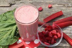Une très belle découverte pour les amateurs de smoothie santé et ceux qui possèdent une bonne vieille pousse de rhubarbe dans le fond de la cour.  Le goût suret de la rhubarbe se mélange merveilleusement bien avec le goût de la fraise et c'est très facile à faire :)