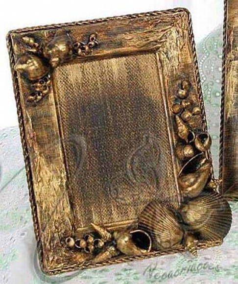 Porta Retrato - Tema: Conchas <br>- Para fotos 10 x 15 cm ou 13 x 18 cm <br>- Peça finamente decorada, com diversos apliques <br>- Acabamento diferenciado <br>- Pode ser confeccionado para outros tamanhos de fotos <br>- A moldura e a decoração variam em cada peça, mas sempre no mesmo estilo