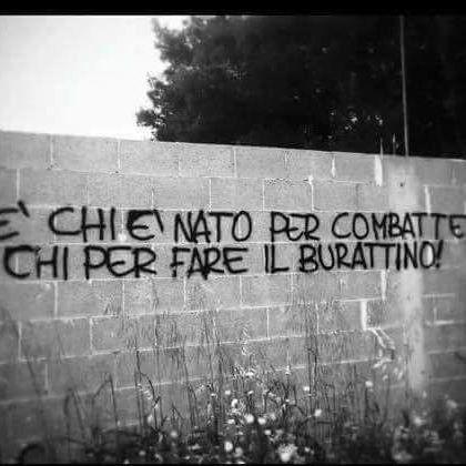 """c'è chi è nato per combattere e chi per fare il burattino""""🇮🇹 #GiovaniinRivoluzione #burattino #Combattere #potere #Stato #governo #politici #studenti #graffiti #giovani"""