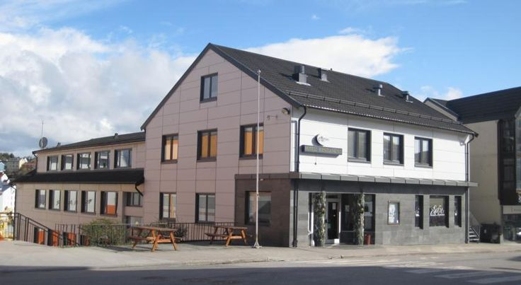Hotel Kristiansund Kristiansund The waterfront Hotel Kristiansund lies in the heart of Kristiansund, near the Sundbåtene city ferry terminal. It offers free WiFi and rooms with cable TV.  Wooden floors and a work desk are provided in each Kristiansund Hotel guest room.