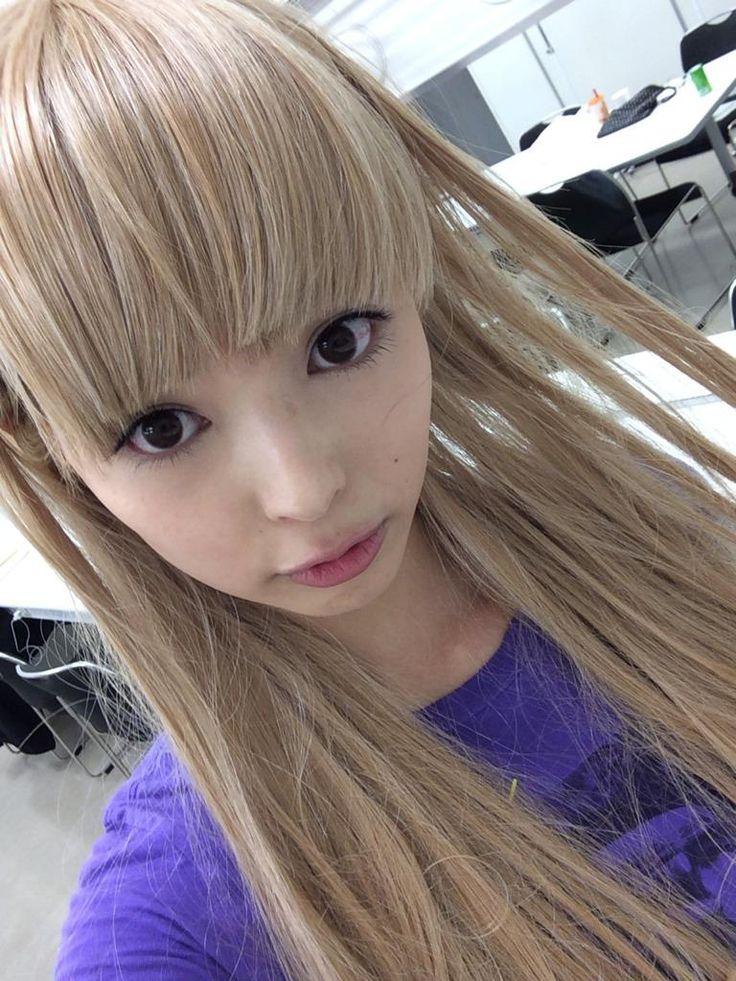 Mogami Moga 最上もが - Dempagumi.inc / でんぱ組.inc - long blondish brown wig, covering tight blue T-Shirt