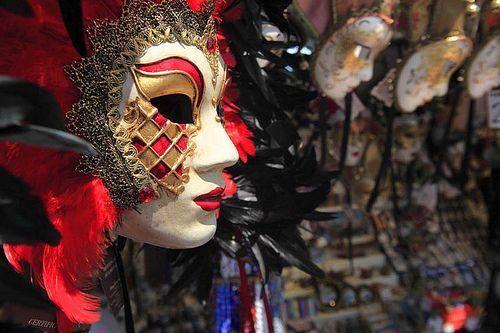 Venezia, riva degli Schiavoni. Maschere di carnevale su una bancarella.