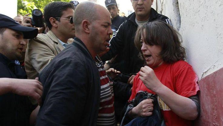 ¿Tantos hombres para detener a una valiente #Mujer? Después de las recientes elecciones presidenciales, sin respetar en lo más mínimo los estándares internacionales de un proceso electoral libre y transparente, el régimen argelino muestra su verdadero rostro: Machista, autoritario, intolerante y represivo.  Aunque la imagen habla por sí sola, conviene aclarar lo siguiente: Varios policías de civil y en uniforme se ensañan contra la Dra. Amira Bouraoui, de 38 años, activista del Movimiento…