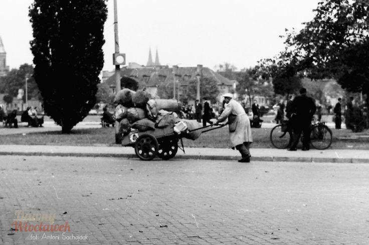 Mężczyzna z wózkiem na Placu Wolności