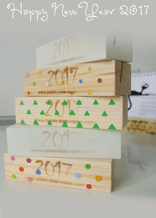 Маленькие настольные календари домики с декорированной подставкой из натурального дерева или настенные календари.  Дарите себе и близким позитив весь год!