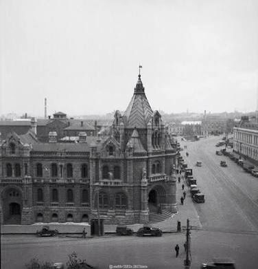 The former Melbourne Magistrates Court was built by Swanson Brothers between 1911 and 1913. On the location of the old Supreme Court building, on the north-west corner of Latrobe and Russell Streets, Melbourne. #twistedhistory #melbournemurdertours #murder #crime #convict