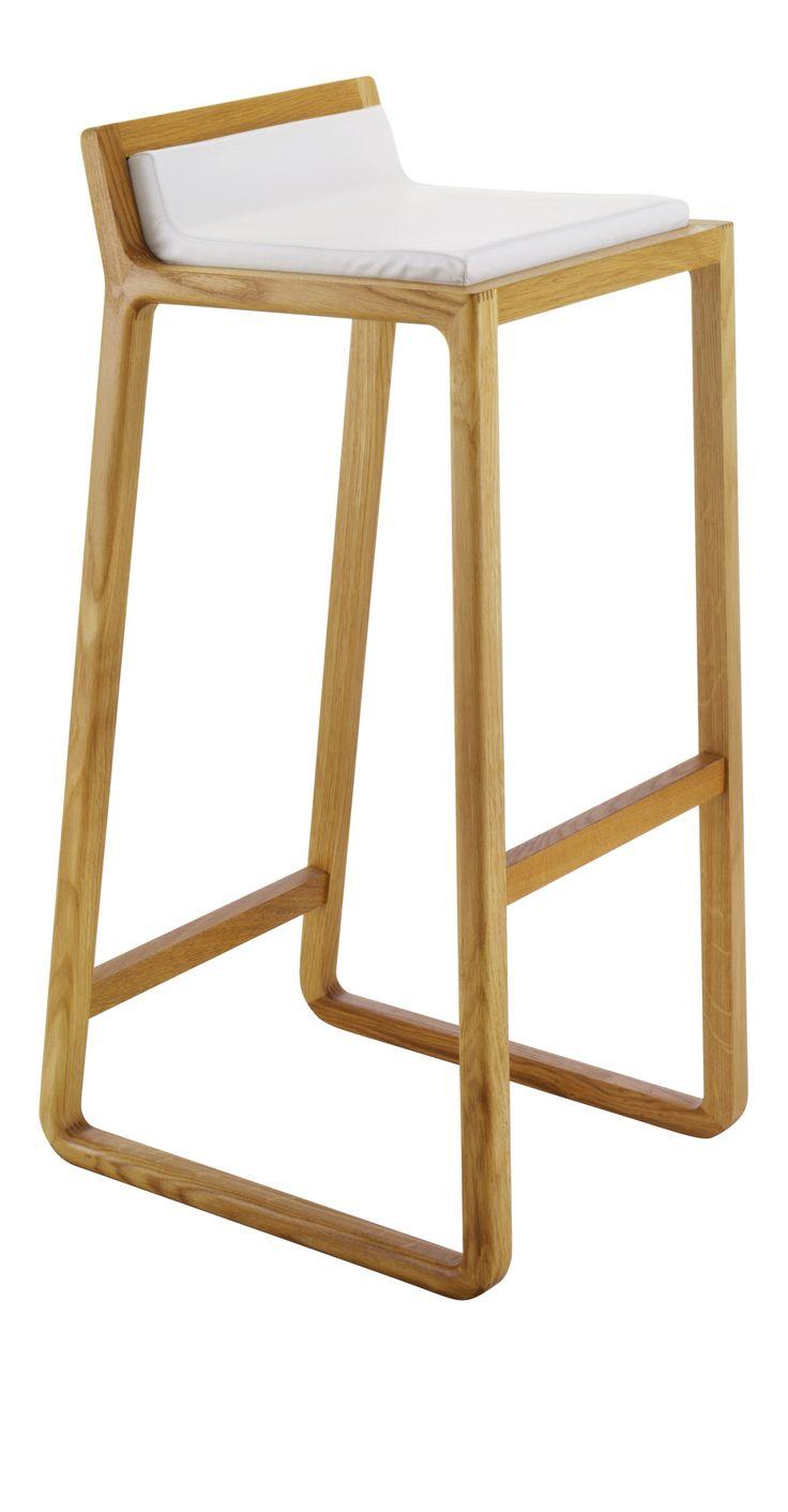 Joe høy barstol i solid eik med polstret skinnsete. Dimensjoner: W40 x H87 x D46 cm, setehøyde:81cm. Kr. 2330,-