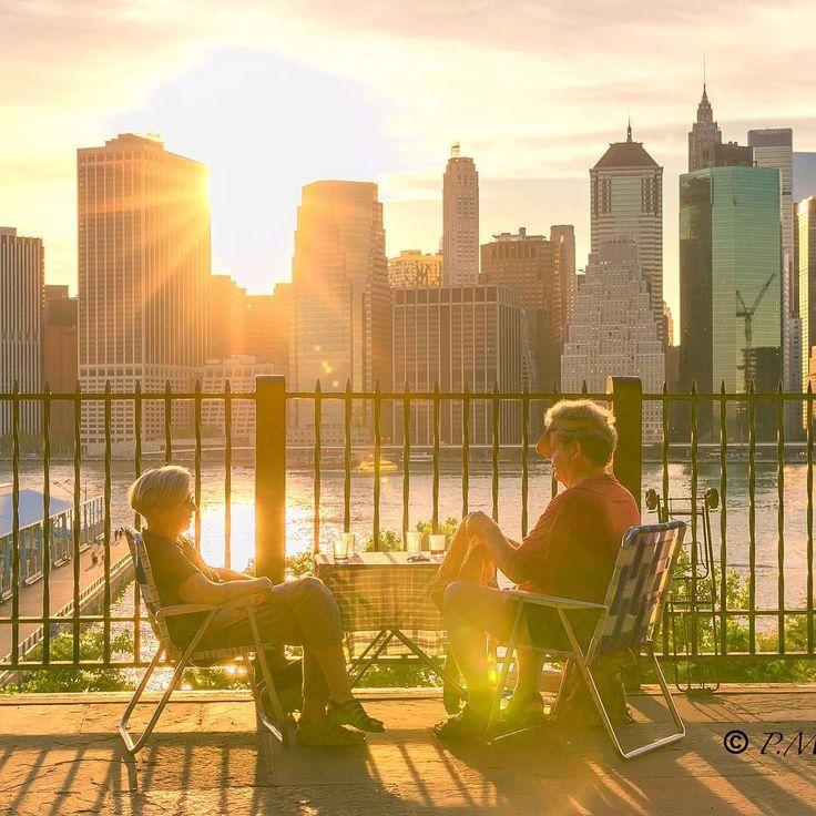 New York för mig är familj släkt vänner barndom kärlek vänskap och värme.  Det är också en stad som jag gillar att besöka. Den bjuder på så mycket och lite till. Idag är det fjärde juli och det är fest fast festligheterna började redan för två dagar sedan.  För mig som fotograf finns det så mycket att fånga i bild det är så spännande. Här en bild som jag tog på en utflykt i Brooklyn skyline. Denna bild r för mig en del av NewYork.  #newyork #brooklynskyline #brooklynheights…