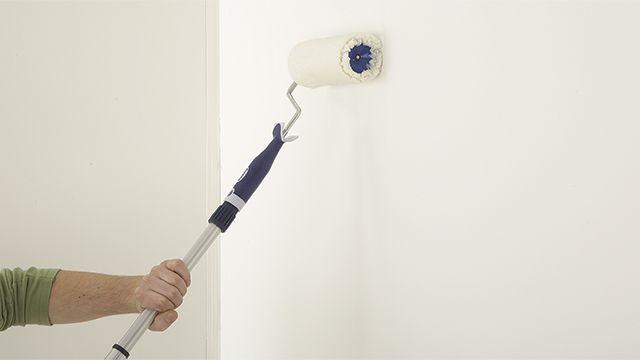 Als je vochtige muren verft, zal de verf na verloop van tijd gaan afbladderen. Pak vochtproblemen dus altijd vooraf grondig aan.