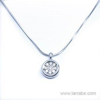Colgante de oro blanco y diamantes de Joyería Larrabe  #colgante #gold #collar #oro #blanco #diamantes #joyas #moda #mujer