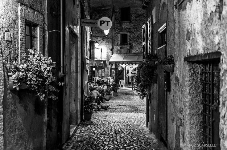 Sermoneta - Una veduta della piazzetta di sera