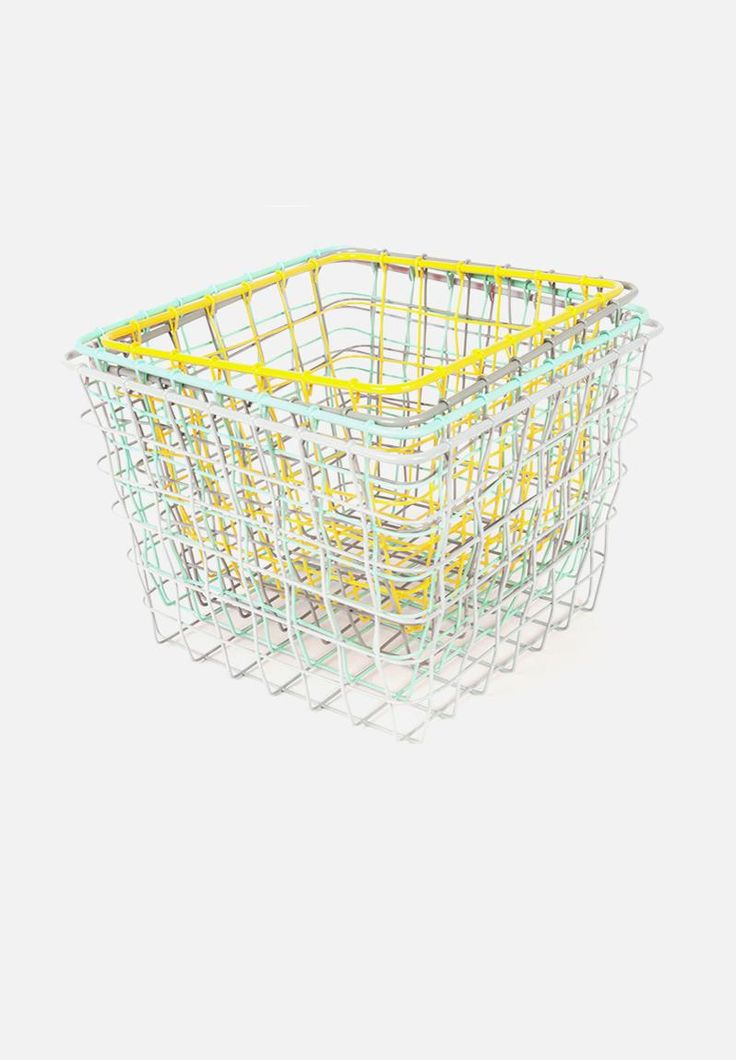 Add industrial tones to your home or workspace with this multicoloured basket set. The set includes four cases of different sizes, and proves ideal for storing anything from books to stationery and hand towels.
