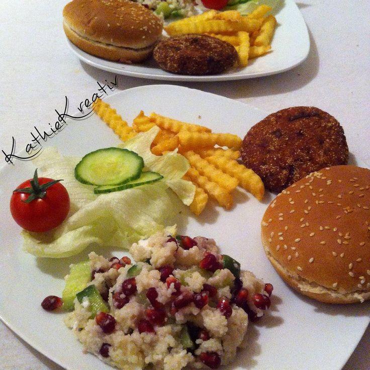 JUWELENSALAT  & #VeganBurger #yummi .. Der #Bratling ist von @BURGERnativ [BurgerMischung's Sorte #Chia  #Vegan ] .. super schnell fertig - einfach genial  dazu der Klassiker JuwelenSalat mit #GranatApfel und #CousCous zum #Herbstanfang PERFEKT #HerbstSalat #lekker #gezond #healthyfood #vegetarian #vegetarier #vegetarisch #veg #Burger #instafood #junkfood #KathieKreativ #BURGERnativ #veggieBurger #veganFood