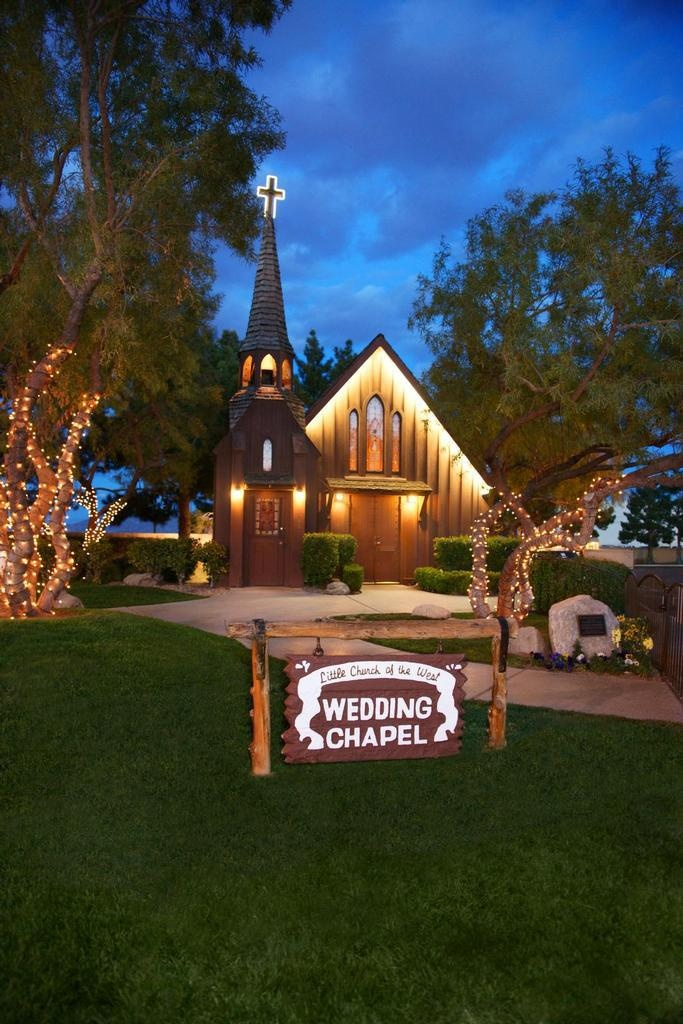 Las vegas little church of the west everyone i know that for Little wedding chapel las vegas