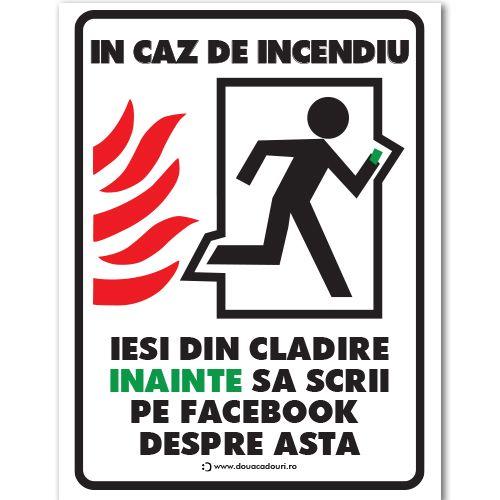 """Indicator care indica iesirea in caz de incendiu insa cu un mesaj amuzant """"In caz de incendiu iesi din cladire inainte sa scrii pe facebook despre asta"""""""
