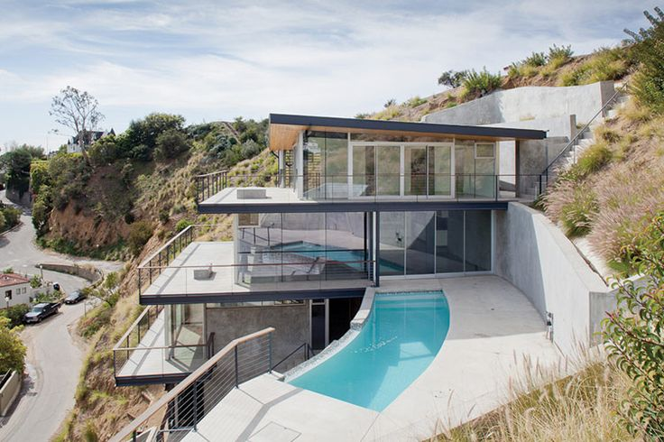 House> Francois Perrin An impossibly steep site in the Hollywood Hills is tamed for a house of stacked layers.